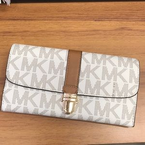 ❤️😍HARDLY USED Michael Kors white and gold wallet